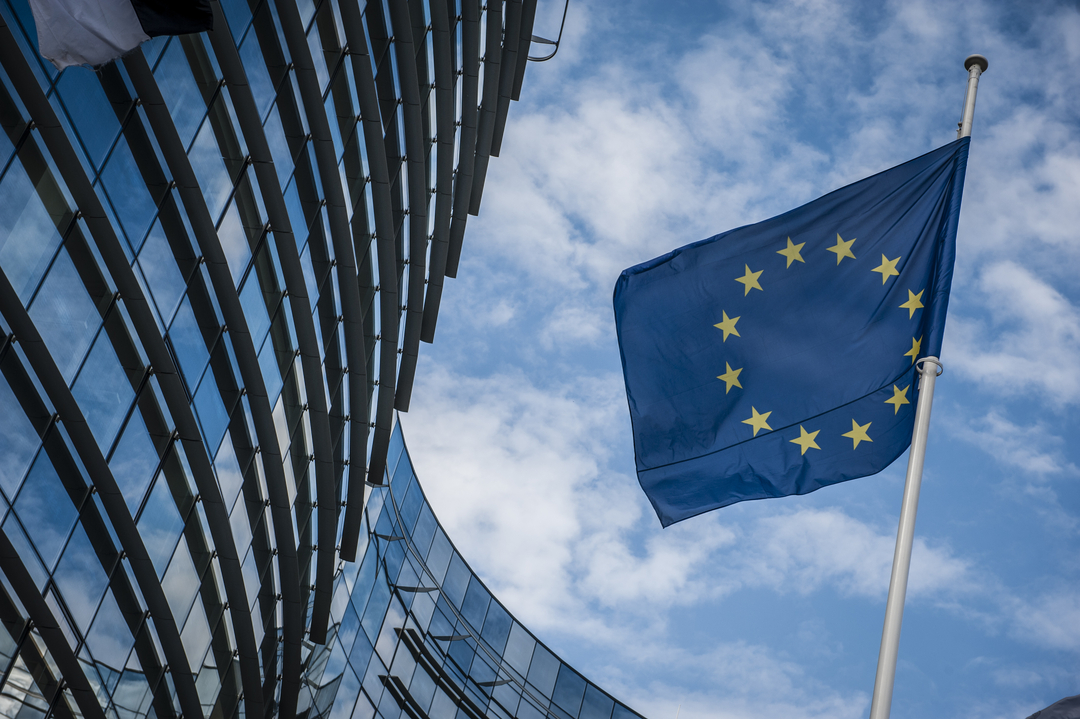 European Commission says online gamblers should be warned about risks of playing.