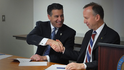 Nevada Governor Brian Sandoval and Delaware Governor Jack Markell sign poker player pooling compact